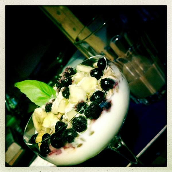 Frukost – yoghurt med blåbär och banan.